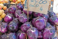 Aubergine ronde fraîche à un marché Images stock