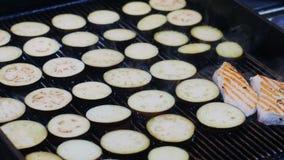 Aubergine saine fraîche ou aubergine, grillée pour le barbecue grillant dans une poêle Tranches d'aubergine sur grillée clips vidéos