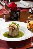 Aubergine-Salat im sause mit Glas Wein Lizenzfreie Stockfotografie
