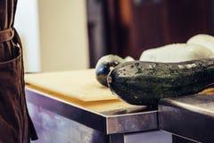Aubergine se tenant sur la table de cuisine - ensemble de cuisine photos libres de droits