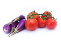 Aubergine und Tomate auf weißem Hintergrund Lizenzfreies Stockfoto