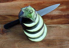 Aubergine, z nożem brogujący plasterki Zdjęcia Royalty Free