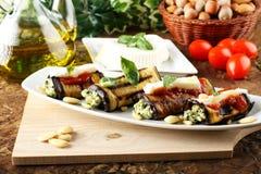 Auberginebroodjes met amandelpesto die worden gevuld Royalty-vrije Stock Fotografie