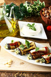 Auberginebroodjes met amandelpesto die worden gevuld Stock Foto's