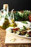 Auberginebroodjes met amandelpesto die worden gevuld Royalty-vrije Stock Afbeelding