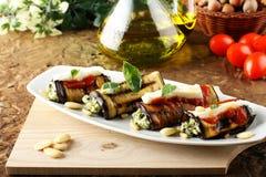 Auberginebroodjes met amandelpesto die worden gevuld Stock Fotografie