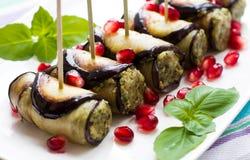 Auberginebroodjes met noten Heerlijke aanzet van gebraden aubergines met noten, kruiden en granaatappelzaden Royalty-vrije Stock Afbeelding