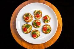 Auberginebruschetta met tomaat, orego en basilicum Royalty-vrije Stock Afbeelding