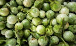 Auberginen im Markt Lizenzfreie Stockbilder