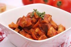 Auberginen mit Tomaten Stockfotos
