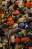 Auberginen und Pfeffer mit Knoblauch, Zwiebel und Sojabohnenöl sause, chinesisches Rezept lizenzfreie stockfotografie