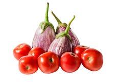 Auberginen und Tomaten lokalisiert auf Weiß Stockbilder