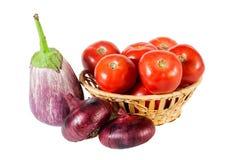 Auberginen, Zwiebel und Tomaten lokalisiert auf Weiß Lizenzfreies Stockfoto