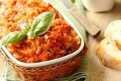 Auberginensalat (Kaviar) in der Schüssel, ukrainische Nahrung Lizenzfreies Stockfoto