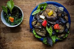 Auberginensalat und -GR?NS Salat mit Oliven?l, Seesalz und rosa Pfeffer stockfotografie