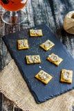 Aubergineroom op crackers en een glas wijn Kroatische Keuken royalty-vrije stock foto's