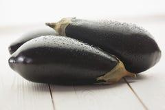 3 aubergines на деревянной доске Стоковые Фотографии RF