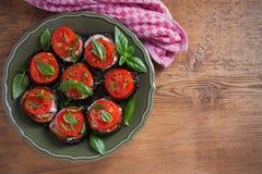 Aubergines с томатами и соусом Баклажаны зажаренные лотком Здоровая вегетарианская еда, закуска стоковая фотография