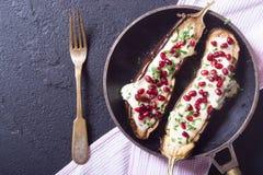 Aubergines avec du yaourt d'ail Image stock