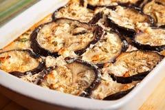 Aubergines avec la cocotte en terre de fromage Photos stock