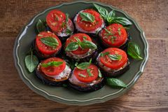 Aubergines avec les tomates et la sauce Aubergines frites par casserole Nourriture végétarienne saine, apéritif photographie stock