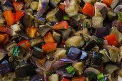 Aubergines en peper met knoflook, ui en soja sause, Chinees recept stock foto's