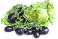 Aubergines en salade op een witte achtergrond Stock Afbeelding