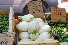 Aubergines fraîches, légumes d'aubergine sur le marché en plein air dans avéré Photo stock