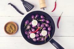 Aubergines indiennes de bébé cru organique à un arrière-plan en bois d'aubergines crues de Pan Top View Flat Lay Photos stock