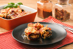 Aubergines rôties bourrées de la viande hachée et cuites au four avec les tomates et le fromage Photographie stock