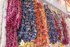 Aubergines sèches, poivrons et d'autres légumes accrochant sur des ficelles au bazar à Istanbul, photographie stock