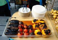 Aubergines, tomaten en peper op de grill worden gekookt die royalty-vrije stock foto