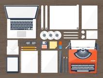 Auch im corel abgehobenen Betrag Flache Schreibmaschine Laptop Erzählen Sie Ihre Geschichte autor Blogging vektor abbildung