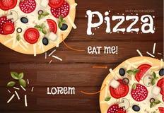 Auch im corel abgehobenen Betrag Geschmackvolle Pizza auf hölzerner Beschaffenheit Schnellimbisshintergrund Lizenzfreie Stockfotos