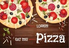 Auch im corel abgehobenen Betrag Geschmackvolle Pizza auf hölzerner Beschaffenheit Schnellimbisshintergrund Stockfotografie