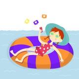 Auch im corel abgehobenen Betrag Wochenende auf dem Strand Mädchen mit einem smartphone stock abbildung