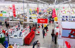 Auchan Samara Store im Einkaufszentrum Kosmoport Lizenzfreie Stockfotos