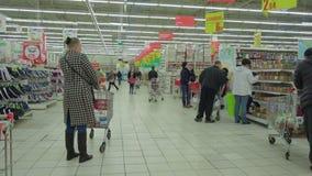 Auchan Teply Stan Folkmassa av folk som går, i att shoppa mal arkivfilmer
