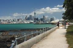 Auckland CBD från Devonport Arkivbilder