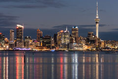 Auckland CBD la nuit Images stock