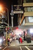 Auckland centrum på natten, Nya Zeeland, 12 Augusti 2010 Royaltyfri Fotografi