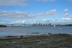 Auckland cityscape och hamnbro Arkivfoto