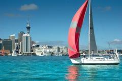 Auckland - die Stadt von Segeln Stockbilder