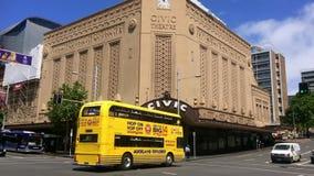 Auckland flygtur på flygtur av utforskare turnerar busskorsningen drottninggata stock video