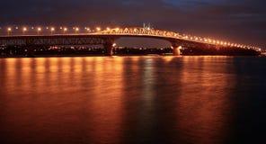 Auckland hamnbro på natten Arkivbild
