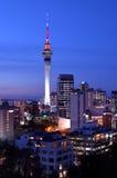 Auckland-Himmelturm in den Farben und in den Finanzzentrumskylinen Lizenzfreies Stockfoto