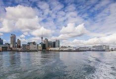Auckland horisont från havet arkivfoto