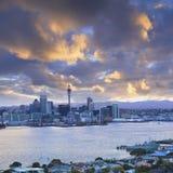 Auckland horisont med lynnig solnedgånghimmel royaltyfria bilder