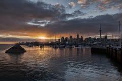 Auckland horisont och Westhaven marina arkivfoton