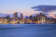Auckland horisont som är upplyst på skymning royaltyfria foton